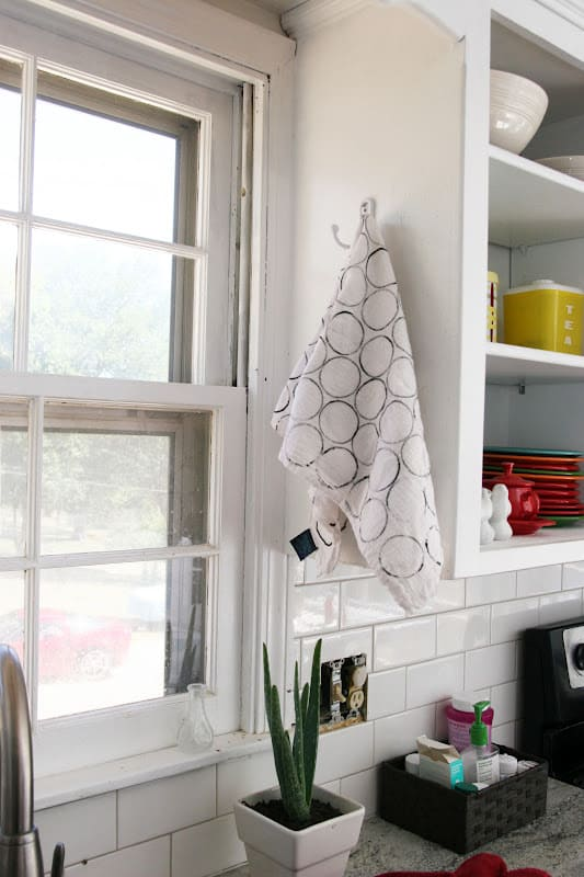 For a super easy kitchen craft, paint your own dish towels! The possibilities are endless with this easy project.