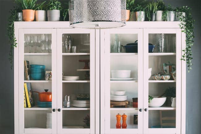 You don't need to be an experienced DIY-er to paint a china cabinet or hutch. Follow these 10 easy steps to paint your hutch!